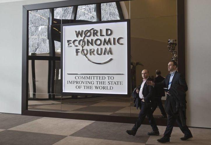 Dos personas caminan en el vestíbulo principal del Palacio de Congresos de la víspera de la inauguración de la reunión anual del Foro Económico Mundial en Davos, Suiza. (Agencias)