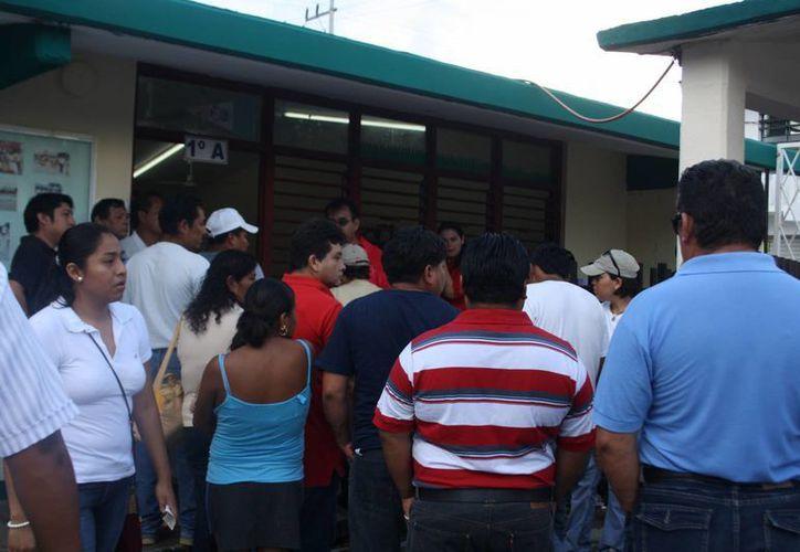 Minutos más tarde la tranquilidad regresó a la casilla para continuar con el proceso electoral. (Rossy López/SIPSE)