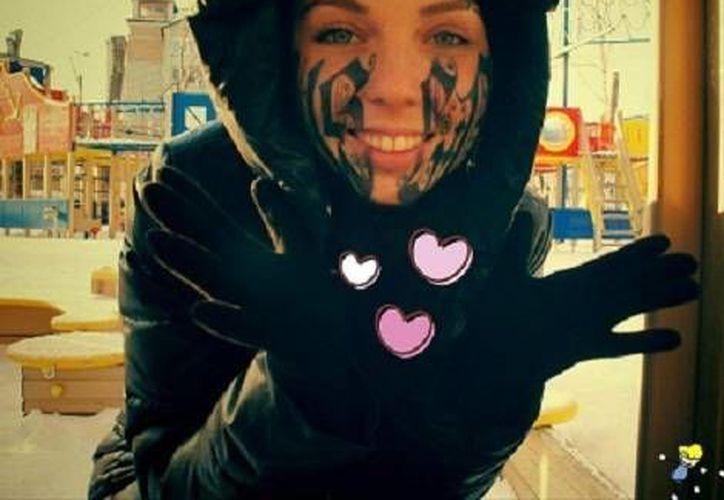 Como prueba de su gran amor, Lesya Toumaniantz decidió tatuarse en el rostro el nombre de su novio en letras góticas gigantes. (Milenio)