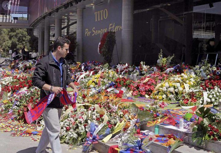 Aficionados barcelonistas en el Camp Nou rinden homenaje al exentrenador del FC Barcelona Tito Vilanova, fallecido el viernes a los 45 años de edad, como consecuencia del cáncer . (EFE)