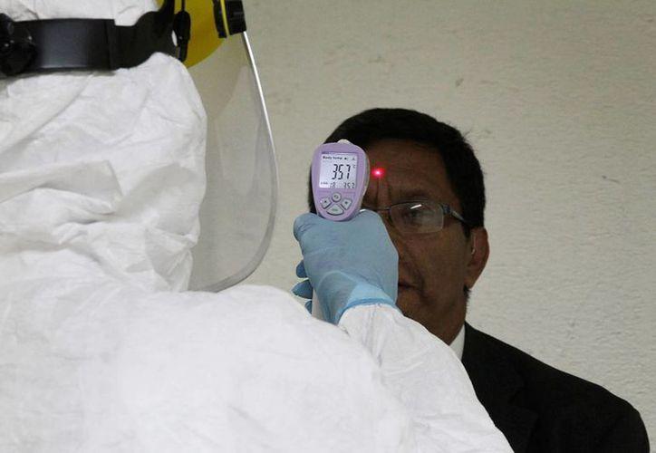 Los viajeros procedentes de  Liberia, Sierra Leona y Guinea serán sometidos a revisiones secundarias y medidas de monitoreo como la toma de su temperatura. (Notimex)