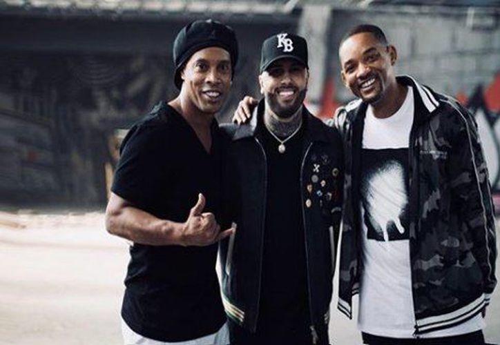 Ronaldinho aparece en el video oficial junto a los cantantes. (Internet)