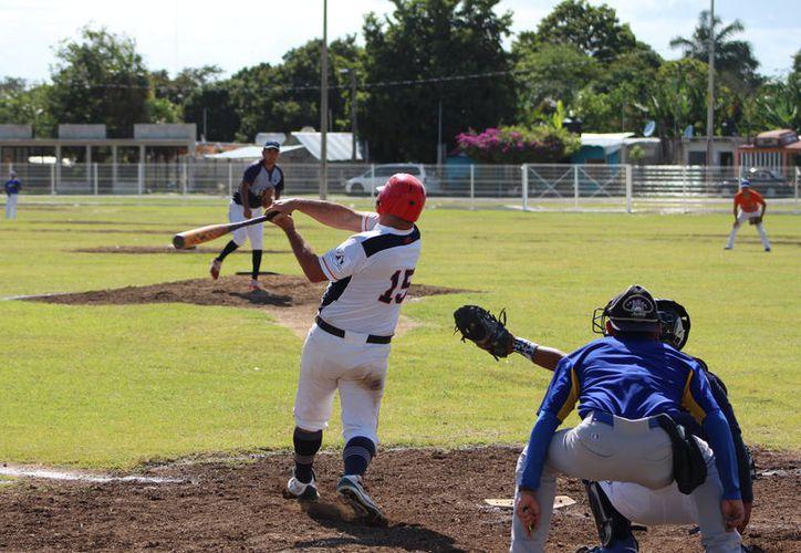 El diamante del campo Iván Villanueva, en la capital del estado, vibró este fin de semana con las acciones correspondientes a esta Liga Dominical. (Miguel Maldonado/SIPSE)