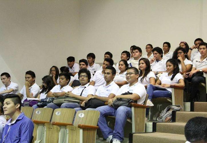 En la sesión de Congreso de este jueves estuvieron alumnos del tercer año de preparatoria de la Universidad Mesoamericana de San Agustín. (SIPSE)