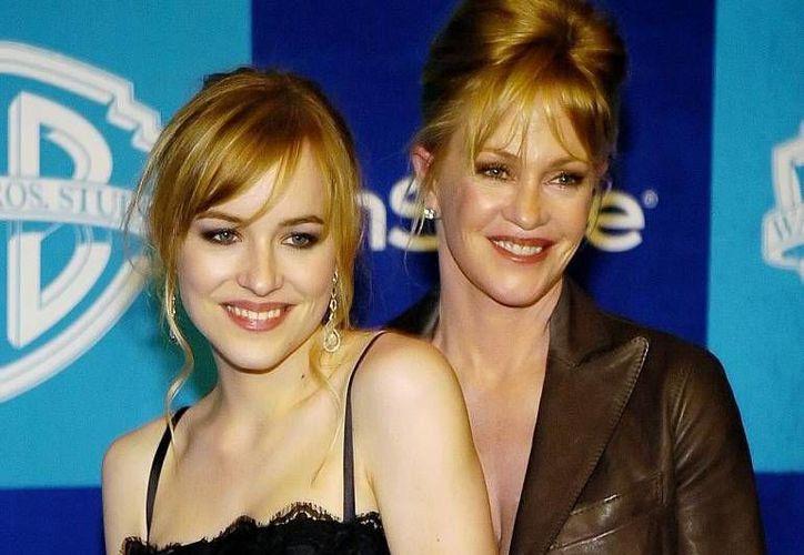 Dakota Johnson, protagonista de  50 sombras de Grey, acompañada de su madre, Melanie Griffith. (Agencias/Archivo)