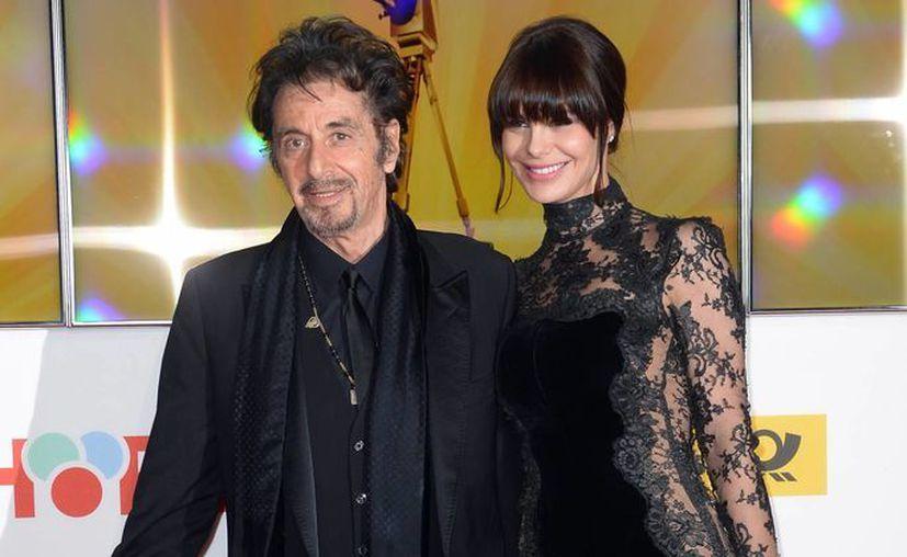 Al Pacino y su novia Lucila Solá en la ceremonia de entrega de los premios Cámara de Oro, en Berlín, Alemania. (Agencias)