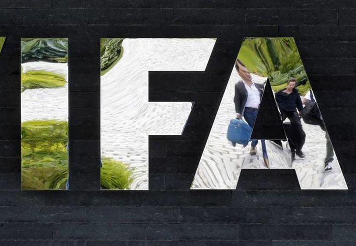 Los siete dirigentes detenidos están entre las 14 personas que fueron acusadas en casos que involucran más de 150 millones de dólares en sobornos dentro de la máxima institución del futbol mundial. (AP)