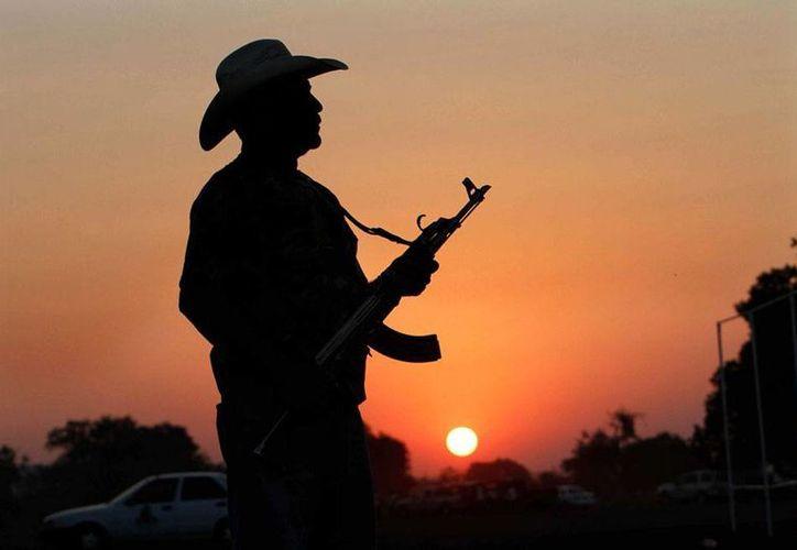 El Gobierno de Peña Nieto anunció un plan integral para vigilar el Estado de México, en una estrategia similar a la de Michoacán. En la imagen, un integrante de autodefensas en Apatzingán. (Imagen de contexto/Agencias)