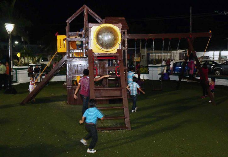 Los menores de edad de la isla disfrutaron de los juegos infantiles recién rehabilitados. (Redacción/SIPSE)