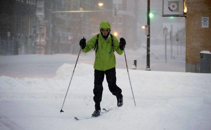 Un peatón utiliza esquíes para poder atravesar las calles en Boston. (AP)