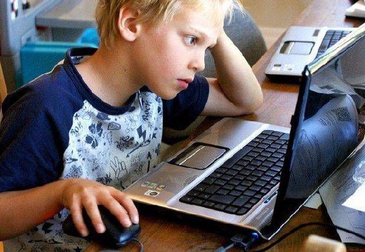 El 45 por ciento de niños, niñas y adolescentes tiene la computadora en su habitación. (misionescuatro.com)