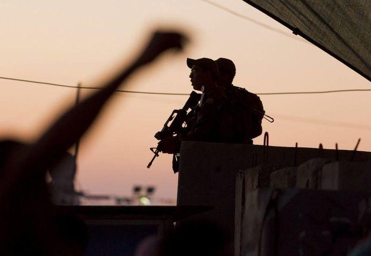 Un soldado israelí hace guardia en un punto de control. (Archivo/EFE)