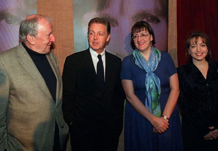 Bennett (de saco gris) fue nombrado Caballero por Isabel II en 1998. (Agencias)