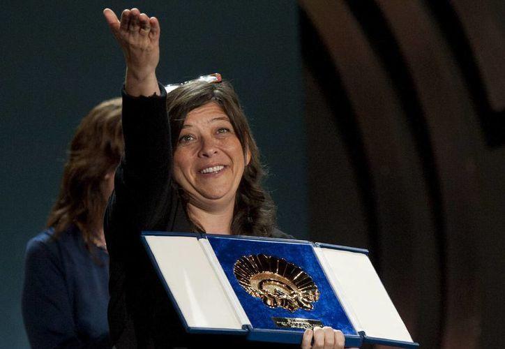 La directora venezolana Mariana Rondón recibe la Concha de Oro a la mejor película por ''Pelo Malo'' del jurado Todd Haynes. (Agencias)
