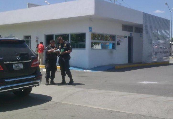 A la gasolinera llegaron elementos de la Secretaría de Seguridad Pública y Fiscalía General del Estado. (Jorge Sosa/SIPSE)