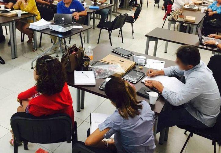 En el marco de la preparación, en Centros de Desarrollo Educativo, de los profesores para el próximo curso escolar 2015-2016, se anunció que los alumnos de 5o de primaria serán dotados de tabletas, a fin de que se integren a la era digital. (Milenio Novedades)