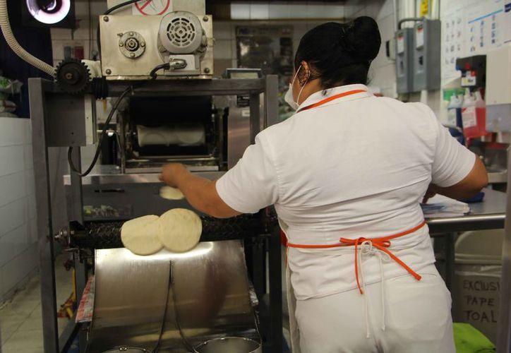 La tortilla también sufrió un incremento en el precio. (Paola Chiomante/SIPSE)