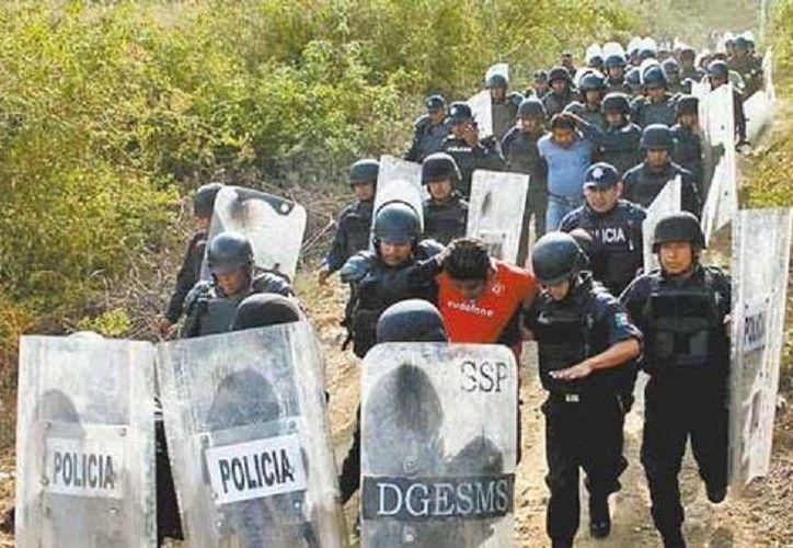 Momento justo del arresto de uno de los padres de familia por petición de la CNTE en Oaxaca. (Milenio)