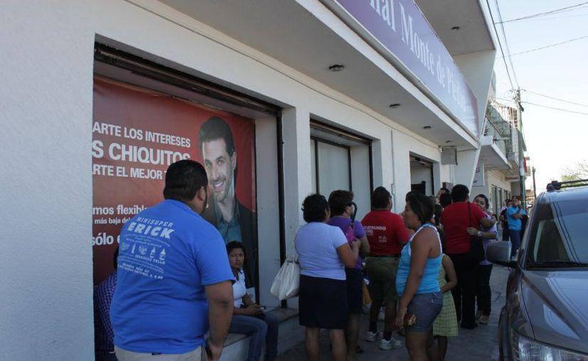 Largas filas hay afuera del Monte de Piedad. (Francisco Sansores/SIPSE)
