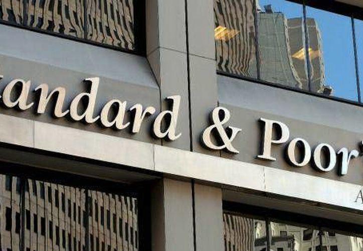 Standard & Poor's indica que los bancos mexicanos reportan altos niveles de pérdidas crediticias, pero permanecen estables. (Archivo/Agencias)