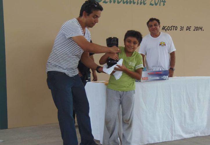 """Paul Rosales Campos, campeón absoluto del Torneo del Sureste de Dzitbalché, Campeche """"Jaque Doble"""". (SIPSE)"""