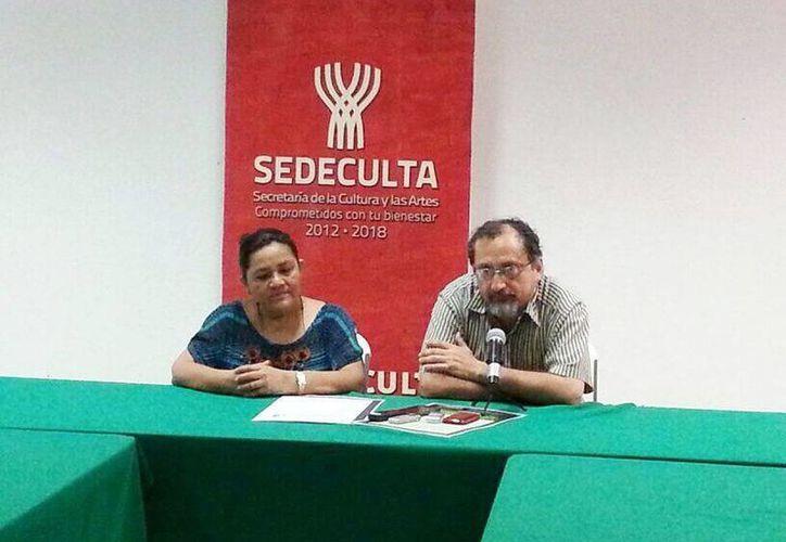 Hiryna Enríquez Niño, directora de Desarrollo Cultural y Artístico y Jorge Cortés, jefe del área de literatura, explican los detalles para participar en la convocatoria. (@CulturaYucatan)