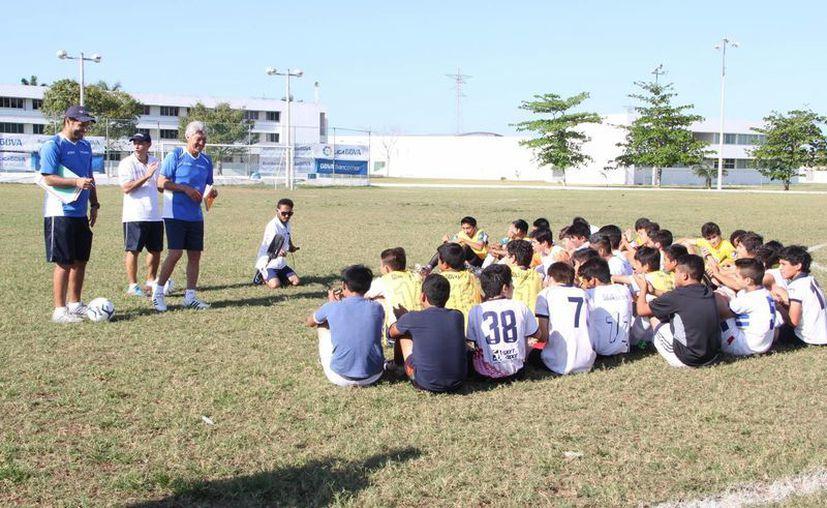 """Jesús """"Chucho"""" Ramírez, durante el """"escauteo"""" de futbolistas. (José Acosta/SIPSE)"""