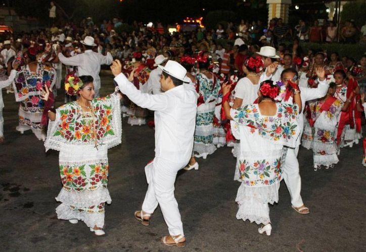 Los trajes típicos tradicionales de Yucatán lucen en la feria de Bacalar. (Carlos Horta/SIPSE)