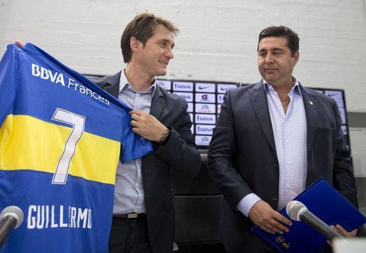 Guillermo Barros Schelotto y el presidente del Boca Juniors, Daniel Angelici, en la presentación del 'Mellizo' como nuevo entrenador del club xeneize. (AP)