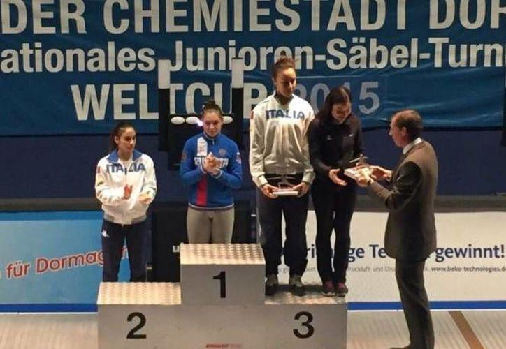 La mexicana (d) Tania Arrayales al momento de recibir su trofeo en el Campeonato Mundial de esgrima que se realiza en Dormagen, Alemania. La mexicana compartió el tercer lugar junto a la italiana Rebeca Gargano. (Twitter: @PaolaPliego )