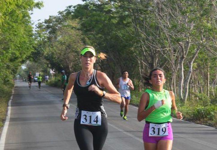 Donna Duncan (de negro) y Ricardo García representará a Cozumel en un mundial de triatlón que se realizará en Canadá esta semana. (Gustavo Villegas/SIPSE)