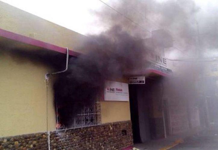 Manifestantes sacaron y quemaron la papelería en las oficinas del INE de Tehuantepec. Imagen de los hechos de vándalismo en instalaciones del organismo. (Óscar Rodríguez/Milenio)
