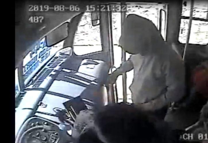 Un video muestra el momento en el que un hombre armado asalta al conductor de un autobús urbano de Cancún. (Redacción/SIPSE)