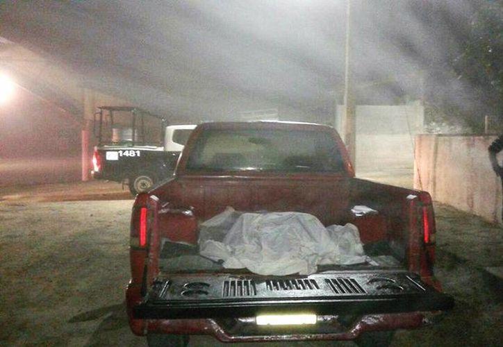 Elementos policíacos encontraron  al hoy occiso, sobre la batea de una camioneta. (Javier Ortiz/SIPSE)