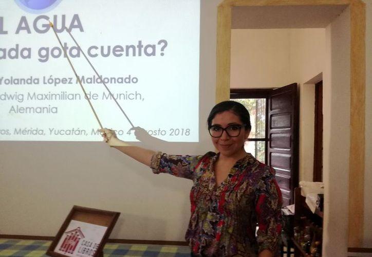 La doctora Yolanda López Maldonado durante su ponencia impartida en La Casa de Libros JGB.  (Milenio Novedades)