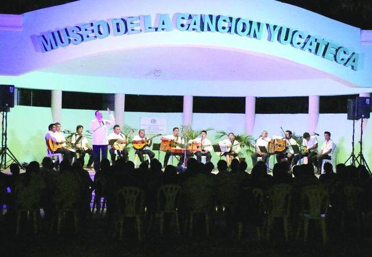 Luis Pérez Sabido deleitó al público con poemas y sus canciones en el Museo de la Canción Yucateca. (José Acosta/Milenio Novedades)