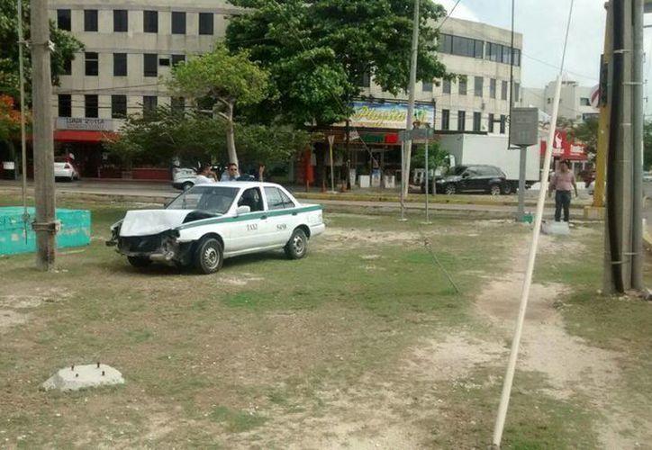 El impactó provocó que el taxista se saliera del camellón. (Redacción/SIPSE)