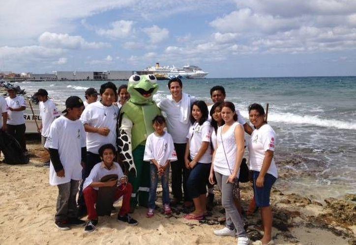 """Los participantes en la jornada de limpieza recorrieron de la playa  """"Casitas"""" hasta el Muelle Fiscal. (Redacción/SIPSE)"""