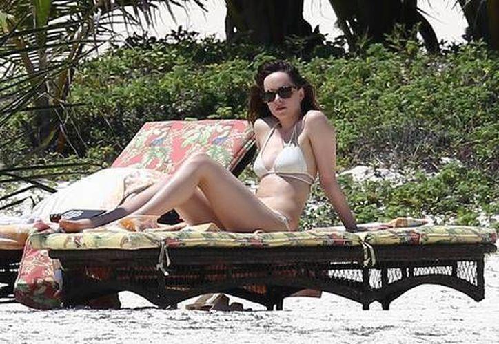 Dakota fue captada en la playa luciendo un bikini de dos piezas. (Facebok/Dakota Johnson fans)