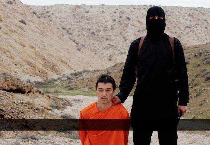 El video muestra a un extremista, que al parecer ha participado en otros videos, y Goto, arrodillado y vistiendo un overol naranja. (Agencias)