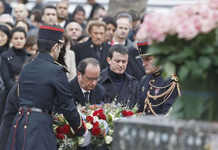 Las principales autoridades encabezaron el acto homenaje en memoria de las 149 víctimas del terrorismo en Francia el año pasado. (AP)