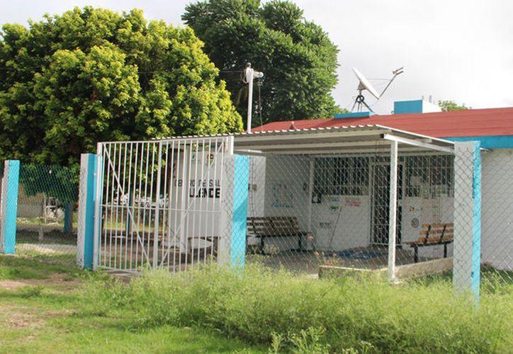 El Centro de Salud de la comunidad brinda servicio deficiente; deben acudir desde las cuatro de la mañana para alcanzar lugar. (Carlos Castillo/SIPSE)