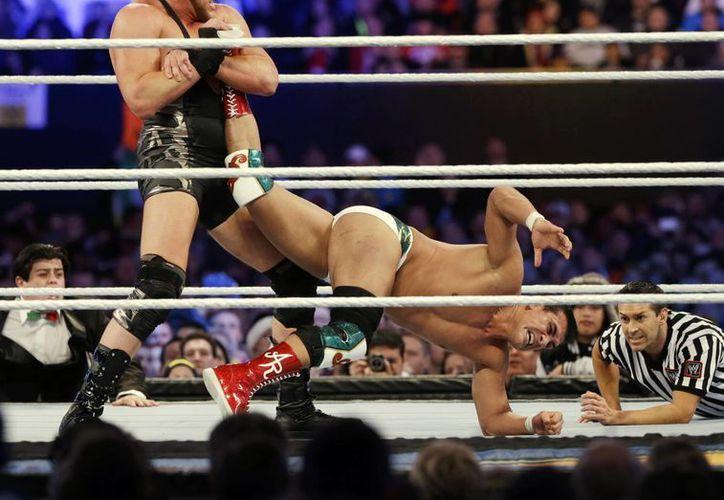 """Jacob """"Jake"""" Hager Jr.conocido como Jack Swagger (izq) se enfrenta al mexicano Alberto del Río, durante una pelea de Wrestlemania el domingo 7 de abril del 2013. (Agencias)"""