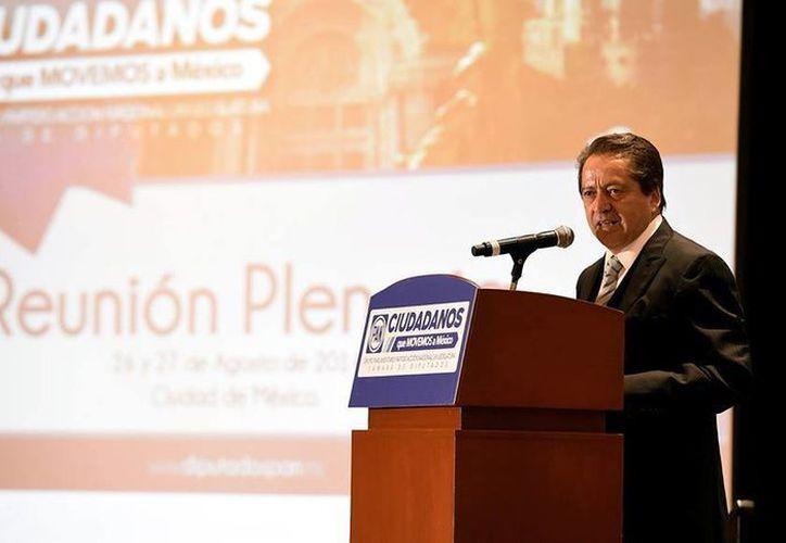 El coordinador de los legisladores blanquiazules, José Isabel Trejo, reconoció la labor del diputado Luis Alberto Villarreal al frente de la bancada del PAN (Facebook/Grupo Parlamentario del PAN)