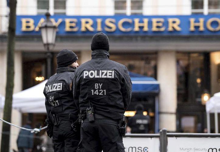 Agentes hacen guardia en el hotel donde se celebra la Conferencia de Seguridad (AP).