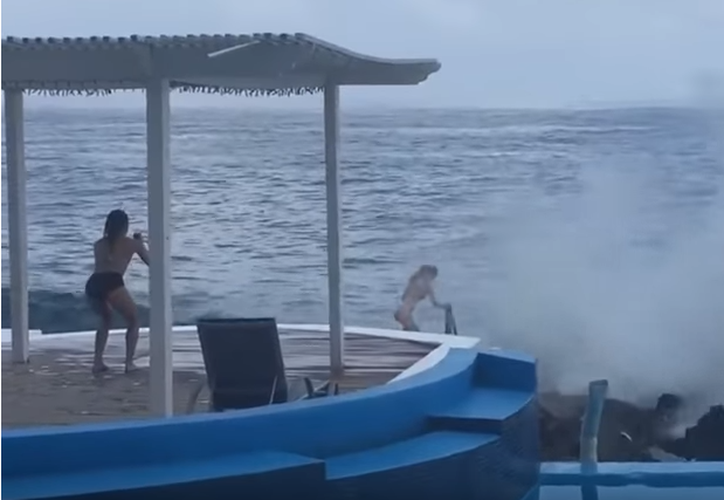 La chica fue arrastrada al mar en una playa de Honduras. (Foto: Captura/YouTube)