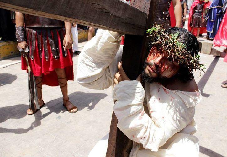 En el Viernes Santo el Señor invita a todas las personas a aprender a llevar sus cruces, los sufrimientos personales y ponerlos a sus pies con amor. (José Acosta/SIPSE)