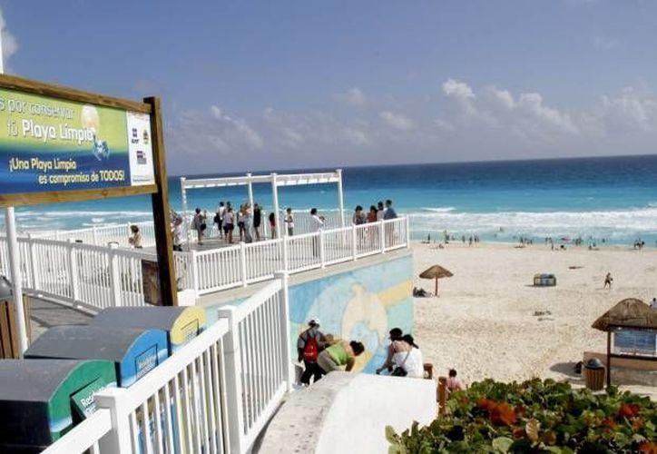 En las playas se colocan carteles con información de los accesos, banderas de alerta,  prohibiciones, entre otras. (Redacción/SIPSE)