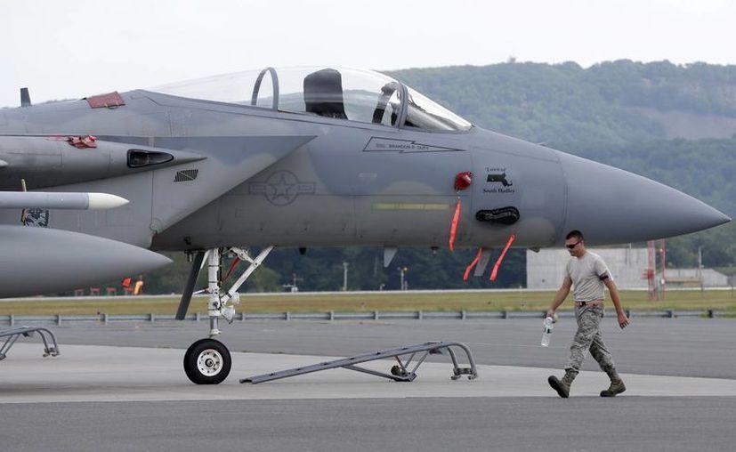 Un avión de combate F-15, como el de la imagen, cayó en una zona boscosa en Virginia; el piloto desapareció. (AP)