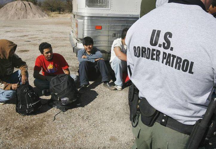 Policías de la Border Patrol procesan a varios ilegales en Sasabe, Arizona. (Agencias/Archivo)